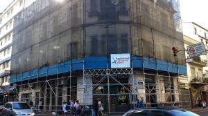 """Estructura para restauración de fachada en Brasil y Defensa en el histórico """"Bar Hipopotamo"""""""